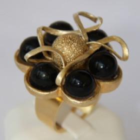 Golden round metallic ring-onyx
