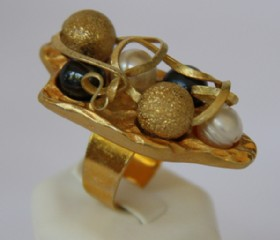 Large golden ring (pearls,onyx,golden bead)