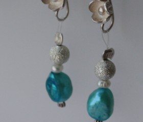 Short earrings-turquoise pearl